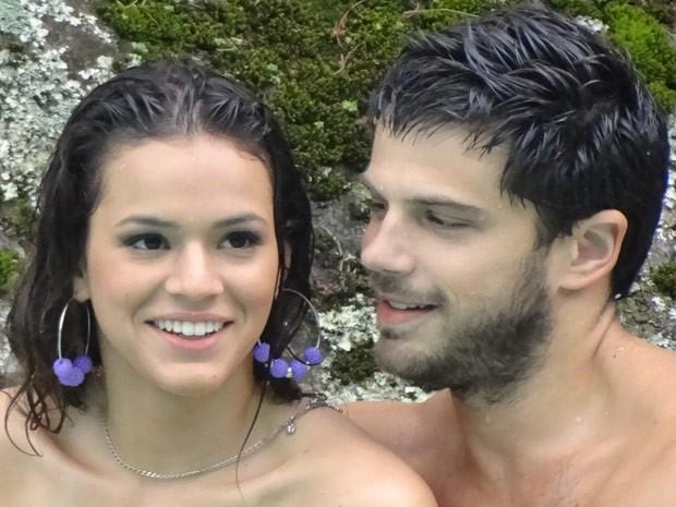 Caíque baba por Lurdinha em dia na piscina (Foto: Salve Jorge/TV Globo)