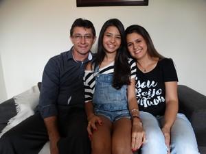 Os pais ficaram surpresos com a colocação da filha  (Foto: Joalline Nascimento/G1)