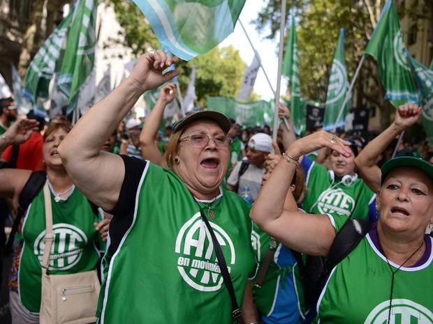 Manifestantes protestam nesta quarta-feira (24) contra demissões no governo Macri na Argentina (Foto: EITAN ABRAMOVICH / AFP)