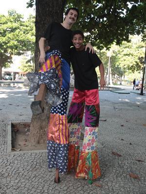 Peter Brandão e Maksin Oliveira rodam cena com perna de pau (Foto: Malhação/TV Globo)