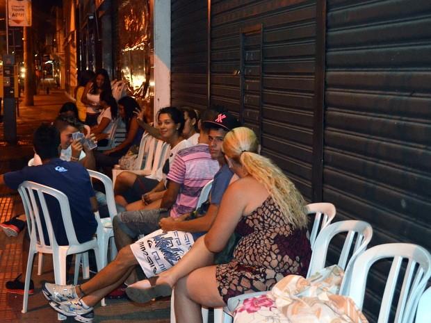 Consumidores fazem fila para aproveitar liquidação em Piracicaba (Foto: Thomaz Fernandes/G1)