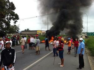 Trabalhadores rurais bloqueiam rodovia BR-104, em Maceió. (Foto: Arquivo pessoal/ Gusthavo Leite)