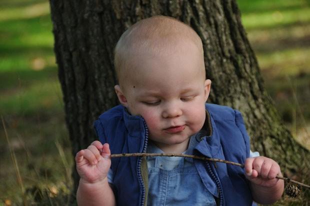Bebê brincando com graveto (Foto: Thinkstock)
