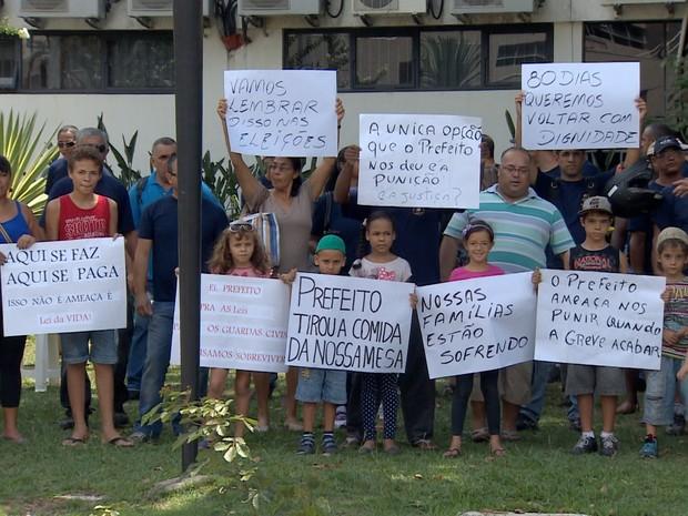 familias guardas municipais jacarei protestam prefeitura (Foto: Reprodução/TV Vanguarda)