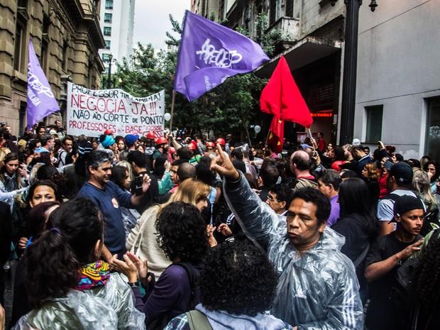 Professores da rede estadual de ensino de São Paulo realizam manifestação, organizada pela Apeoesp, na Praça da Sé, região central da cidade. A categoria está em greve desde 13 de abril (Foto: Cris Faga/Fox Press Photo/Estadão Conteúdo)