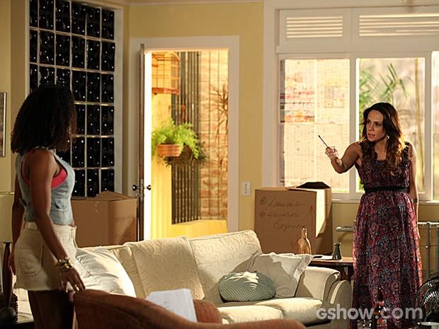 Juliana pega uma chave de fenda e ameaça Carolaine (Foto: Em Família)