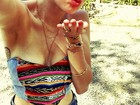 De barriga de fora, Miley Cyrus mostra boa forma em foto