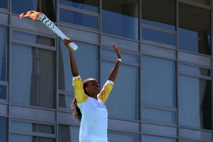 Fabiana Claudino com a tocha olímpica (Foto: Charles Sholl/Futura Press/Estadão Conteúdo)