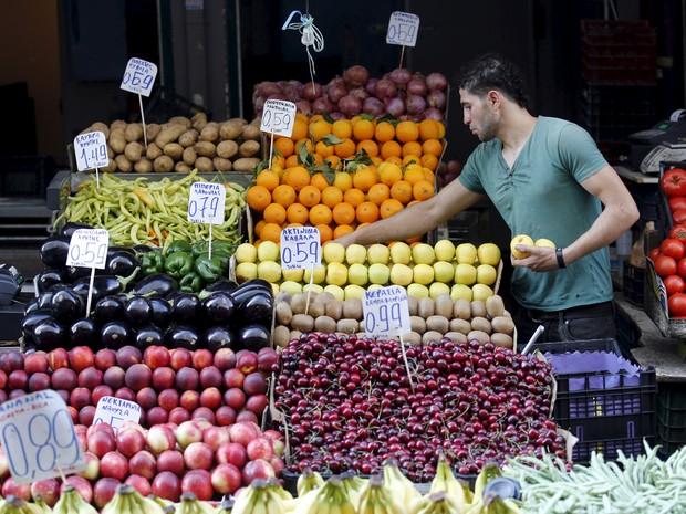 Vendedor de frutas em um mercado de Atenas, nesta terça-feira (7) (Foto: REUTERS/Jean-Paul Pelissier)