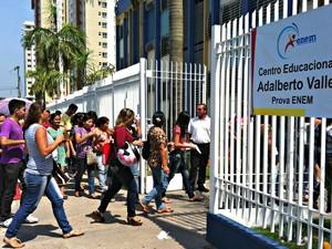 No Amazonas, os portões dos locais onde as provas do exame estão sendo aplicadas foram abertos às 10h (horário local) (Foto: Adneison Severiano G1/AM)
