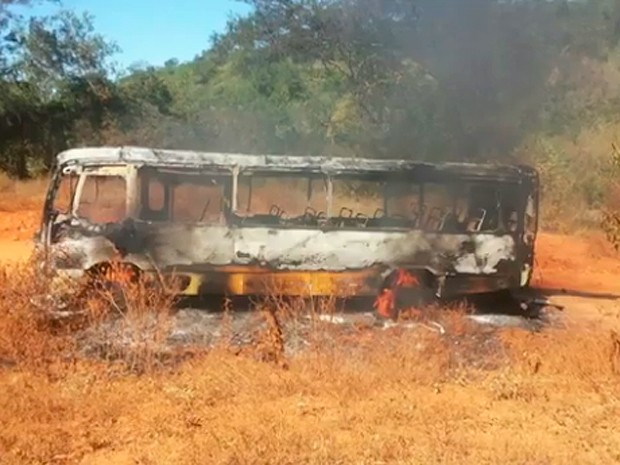 Ônibus escolar pega fogo no interior da Bahia (Foto: Reprodução/ TV Bahia)