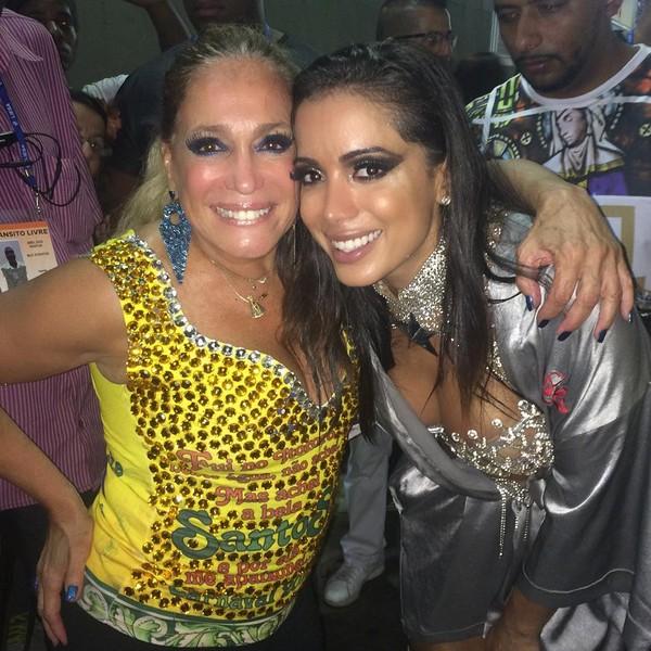 Susana Vieira tieta Anitta nos bastidores da Sapucaí
