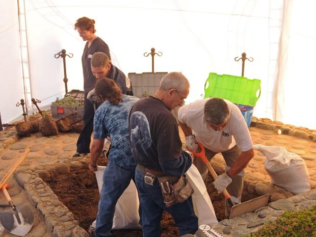 Especialistas forenses iniciam processo de exumação de restos mortais de Pablo Neruda. (Foto: Justiça do Chile/AP Photo)