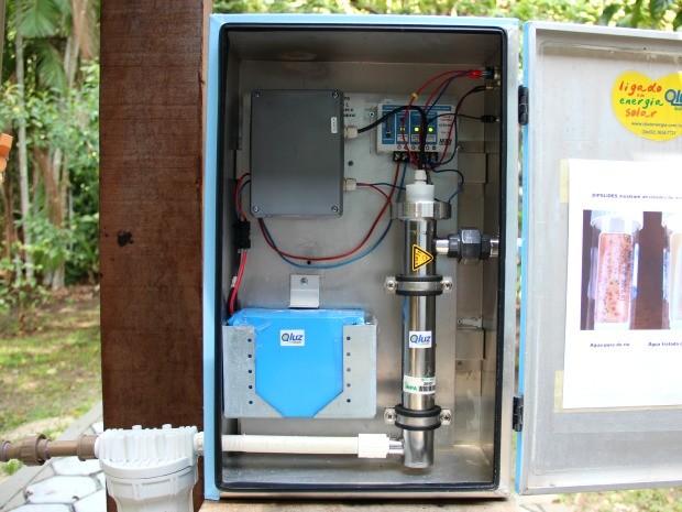 Tubo guarda lâmpada com radiação ultravioleta, que garante a desinfecção (Foto: Jamile Alves/G1 AM)
