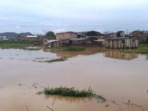 Bairro Promorar, em Itajaí, continuava alagado nesta segunda-feira (23) (Foto: Luiz Souza/RBS TV)