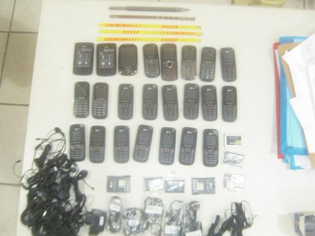 Lixeira cheia de celulares é encontrada em cadeia de São Vicente (Foto: Divulgação)