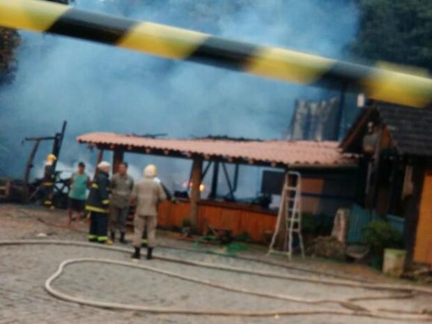 Bombeiros apagam incêndio em Casa da Bica, no ES (Foto: Reprodução/ Whatsapp)