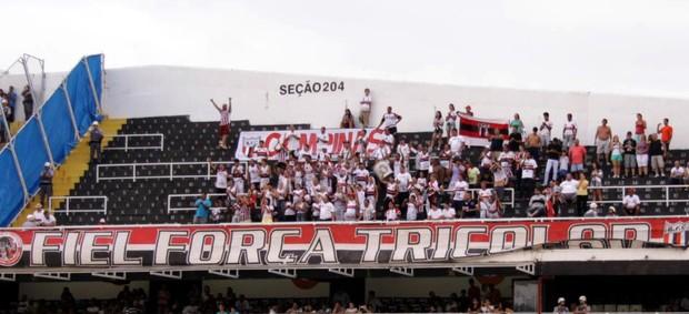 Torcida do Botafogo-SP presente na Vila Belmiro (Foto: Rogério Moroti/Assessoria BFC)