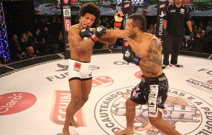 Rander Junior acerta soco em Tiago Alves no Jungle Fight 78 (Foto: Leonardo Fabri)