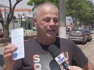 Com bilhete em mãos, advogado avisa o que fará caso ganhe: 'Fazer um estrago (risos)' (Foto: Reprodução/ TV TEM)