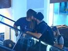 Preta Gil troca beijos com marido em aeroporto do Rio