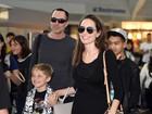 Angelina Jolie, sorridente, desembarca com os filhos em Nova York