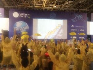 Com capas amarelas, participantes da Campus Party assistem 'Pica pau' (Foto: Helton Simões Gomes/G1)