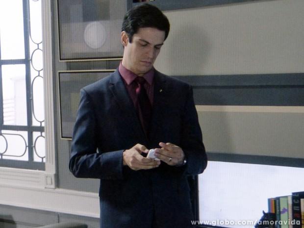Ele apaga todo o conteúdo feito por Simone (Foto: Amor à Vida / TV Globo)
