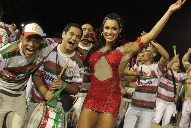 Gracyanne Barbosa com a bateria da X-9 Paulistana (Foto: Leo Franco / AgNews)