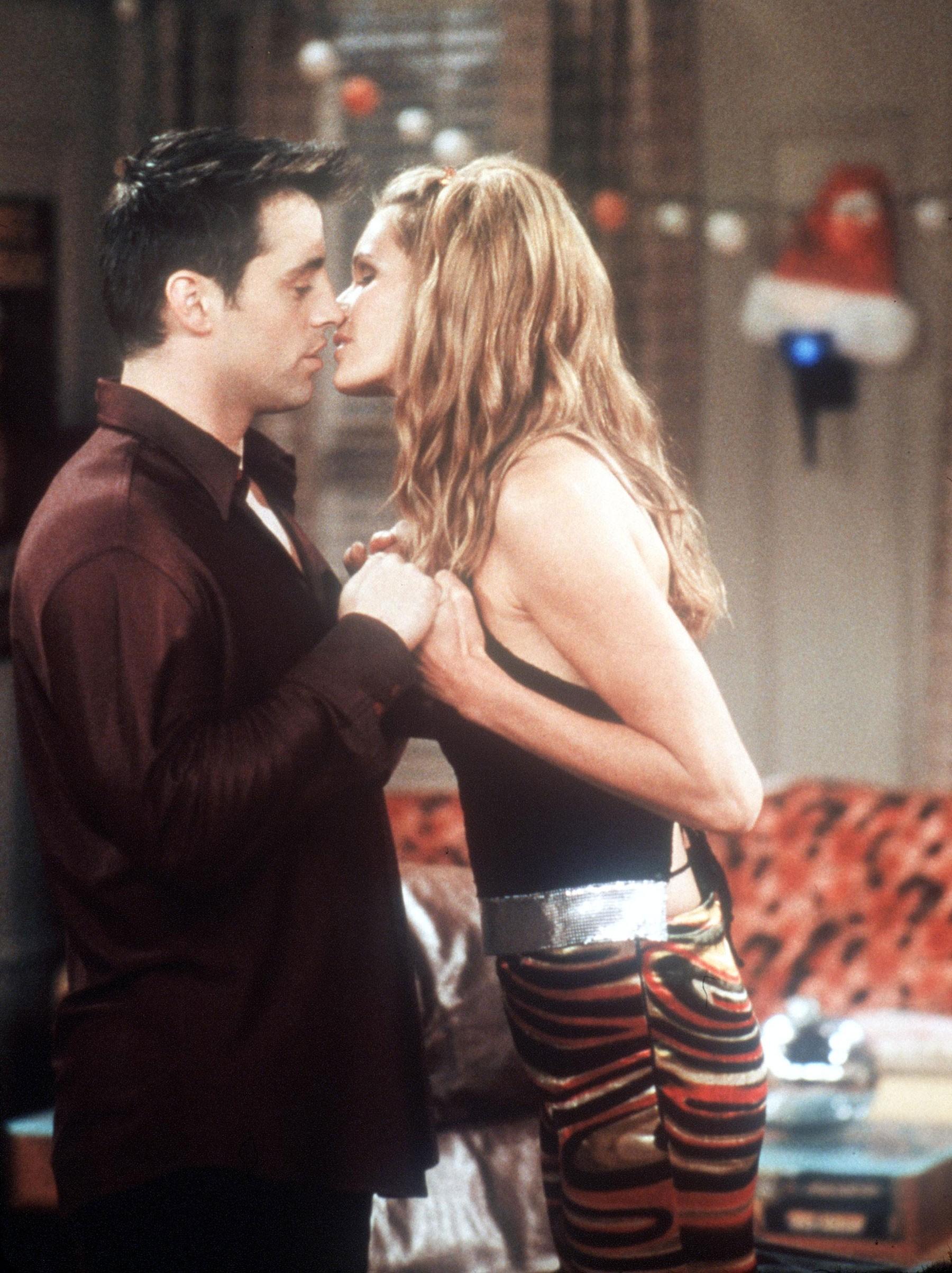 """Contracenando com Matt LeBlanc em um episódio de """"Friends"""" de 2000 (Foto: Getty Images)"""