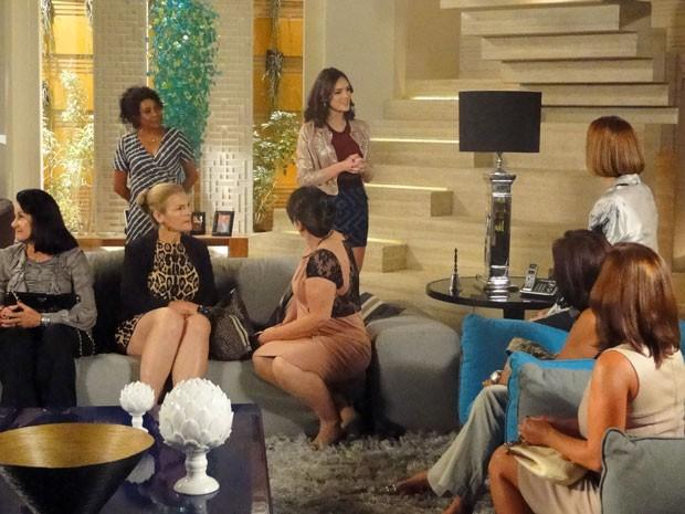 Cida recebe Patroetes (Foto: Cheias de Charme / TV Globo)