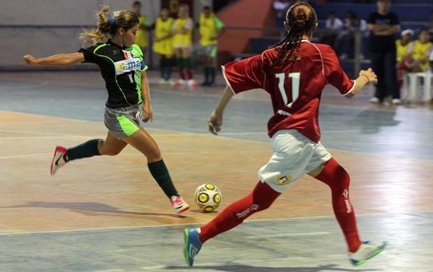 Esmac e Santos Dumont, em ação, pela Taça Brasil Sub-17 de futebol feminino. (Foto: Divulgação / CBFs)