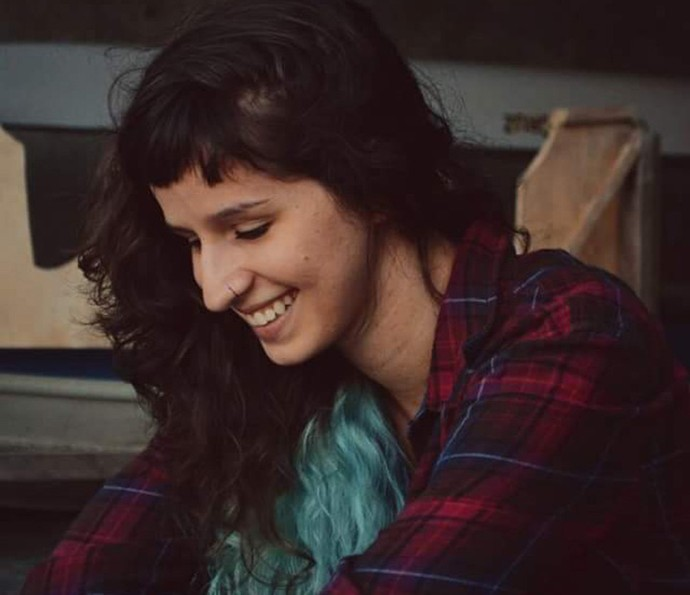 Natália com os cabelos longos e as pontas azuis (Foto: Divulgação)