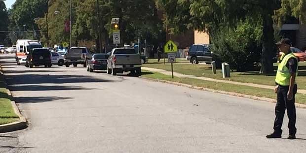 Agente observa carros de emergência perto da Delta State University, no Mississippi (Foto: Courtney Warren/The Bolivar Commercial, via A)
