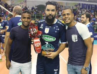 William troféu Viva Vôlei jogadores do Cruzeiro (Foto: Renato Araújo/ Divulgação Sada Cruzeiro)
