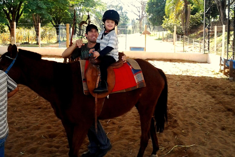 Tratamento do irmão mais por meio da ecotarapia apresentou Julia aos cavalos. (Foto: Divulgação / Arquivo Pessoal)