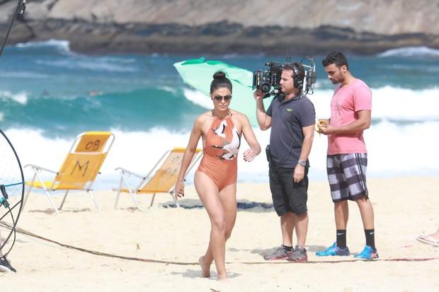 Juliana Paes grava Totalmente Demais em praia do Rio (Foto: Dilson Silva/Agnews)