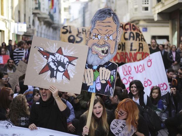 Manifestantes carregam caricatura do primeiro-ministro da Espanha, Mariano Rajoy em greve geral em Pontevedra, na Espanha, na quarta-feira (14) (Foto: Miguel Vidal/Reuters)