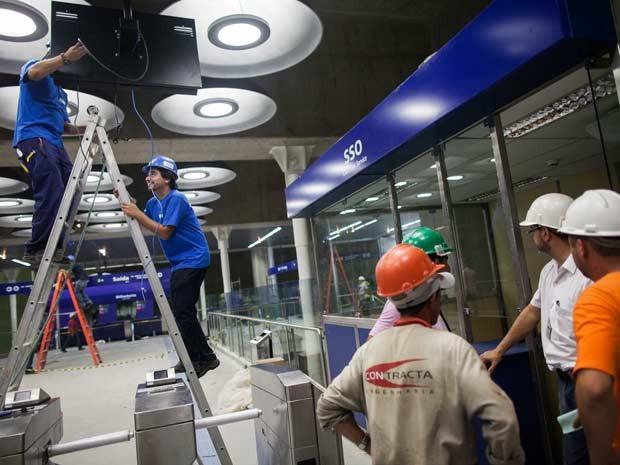 Funcionários do Metrô finalizam iluminação na Estação Adolfo Pinheiros (Foto: Victor Moryiama/G1)