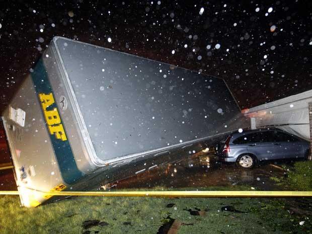 Ventos das tormentas viraram e jogaram o baú de um caminhão contra um carro. (Foto: Tom Fox / The Dallas Morning News / Via AP Photo)