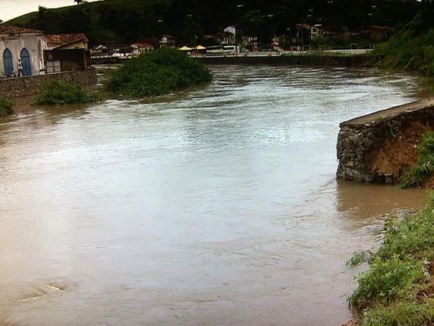 Pedaço do muro de contenção do Rio Cotinguiba foi levado pela água (Foto: Reprodução/TV Sergipe)