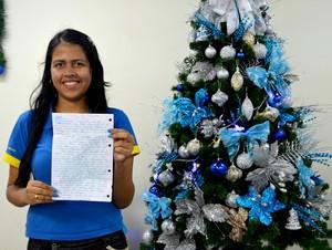 Fabiele Santos de 19 anos, adotou carta na qual criança pede uma camisa do Palmeiras (Foto: Quésia Melo)