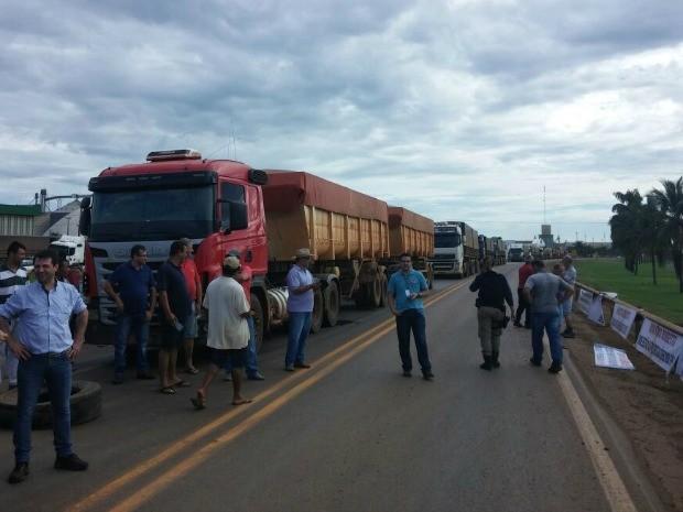 Manifestantes fecharam BR-163 em MT (Foto: Divulgação/PRF-MT)