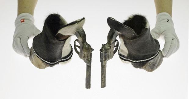 Par de sapatos foi feito com cascos de cavalo e revólveres (Foto: Jens Meyer/AP)