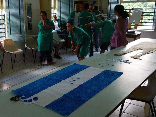 Alunos pintam bandeiras e entram no clima da Copa: 'Vamos Vencer' (Foto: Henrique Mendes / G1)