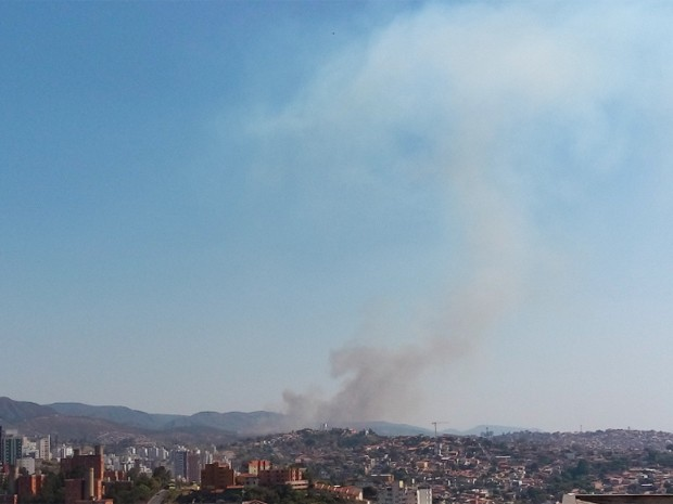 Parque Estadual da Serra do Rola Moça pega fogo na Região do Barreiro, em BH (Foto: Alex Araújo / G1)