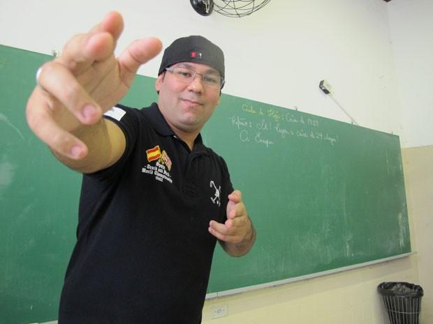Professor Altair Peique usa até um boné para animar os alunos durante as aulas (Foto: Mariane Rossi/G1)