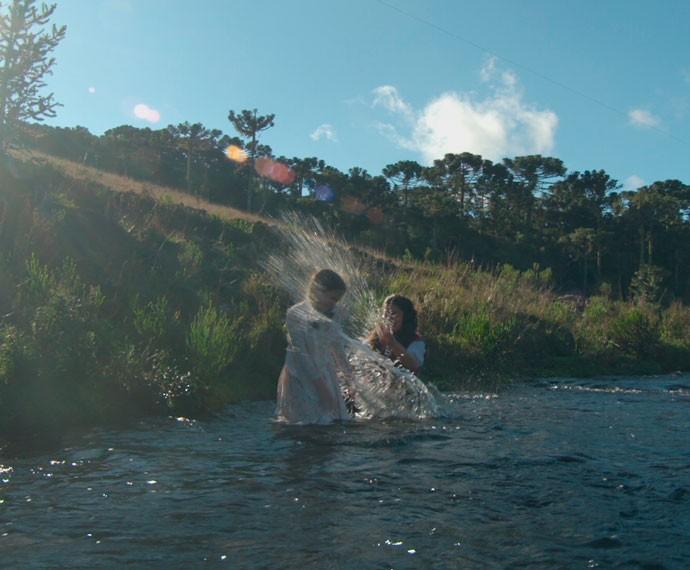 Felícia e Rita caem dentro do rio e brincam (Foto: TV Globo)