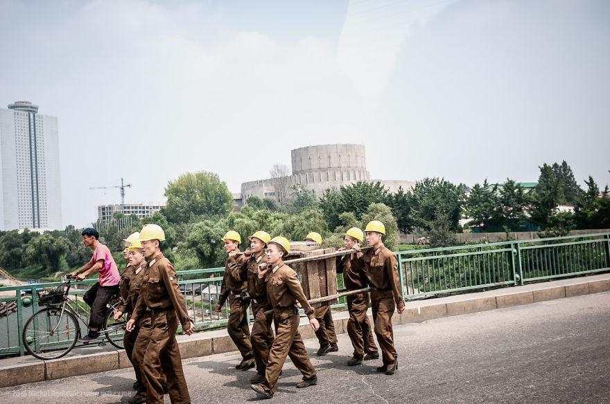 Todos os trabalhadores a serviço do governo fazem seus serviços uniformizados (Foto: Michal Huniewicz)
