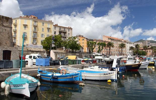 Barcos de pesca na Córsega, ilha mediterrânea francesa (Foto: Pascal Pochard-Casabianca/AFP)
